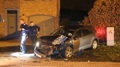 VW Golf veroorzaakt ongeval door agressief rijgedrag, vier agenten gewond bij vaststellingen
