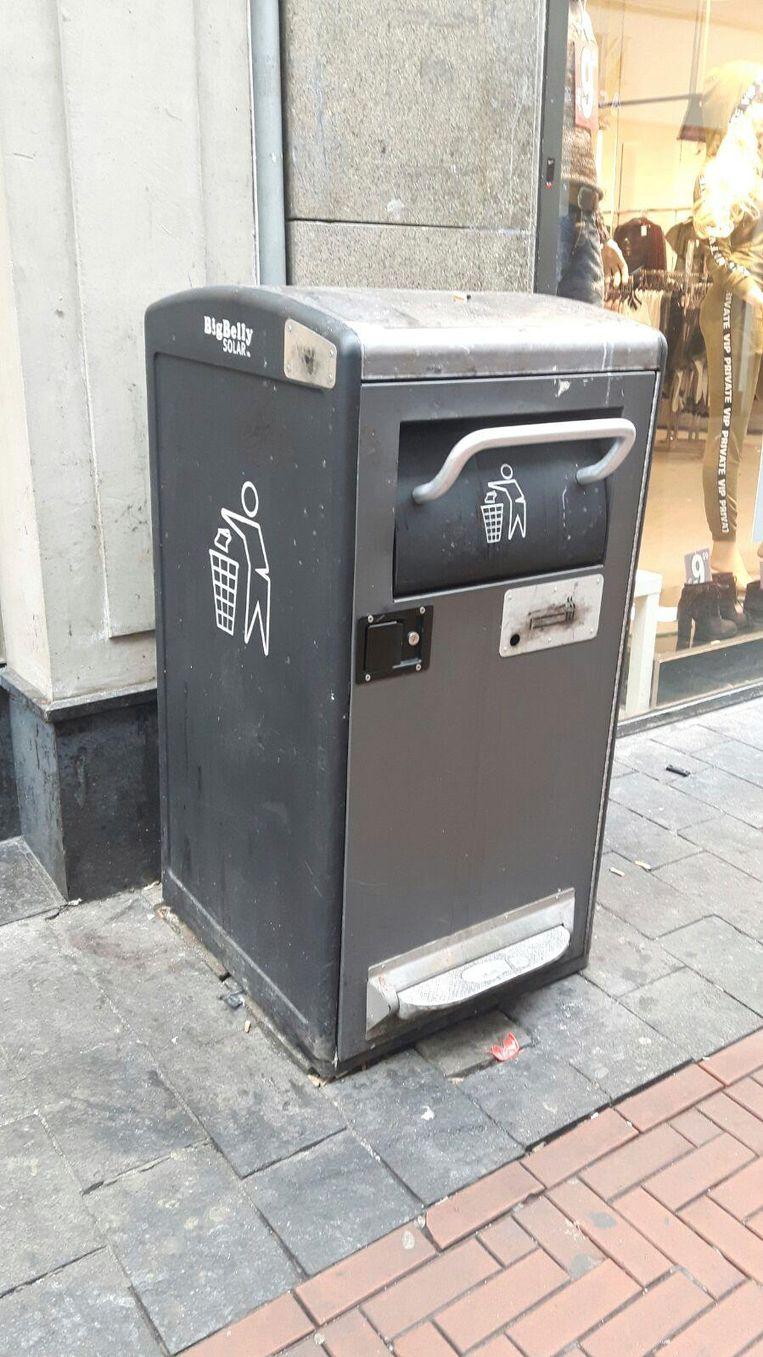 Een vuilnisbak met een hendel op de Nieuwendijk Beeld -