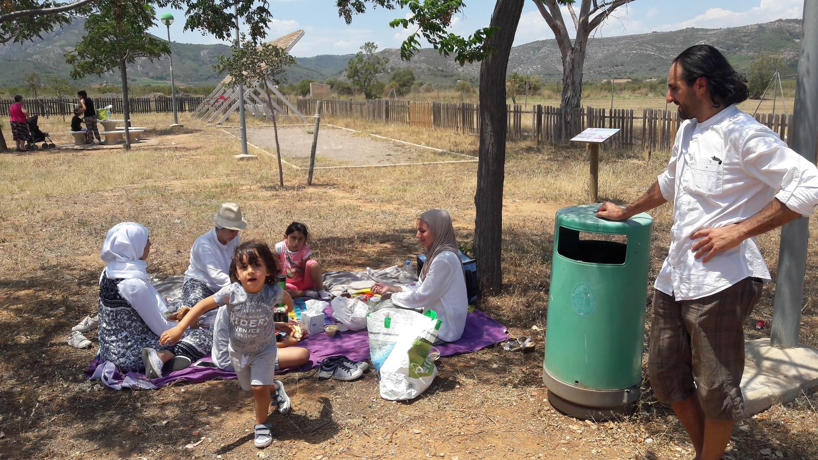 Een gezin picknickt bij een parkeerplaats tussen Valencia en Murcia