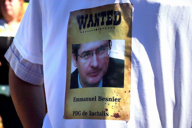 De afbeelding van Lactalis-topman Emmanuel Besnier op een T-shirt van een demonstrant.