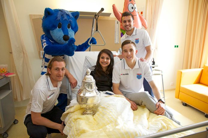 Joost Broerse (links), Bram van Polen (rechtsachter) en Ryan Thomas (rechtsvoor) op bezoek in het ziekenhuis in Zwolle na de bekerwinst in 2014. Regio Zwolle United, de maatschappelijke tak van PEC Zwolle, bestaat tien jaar.