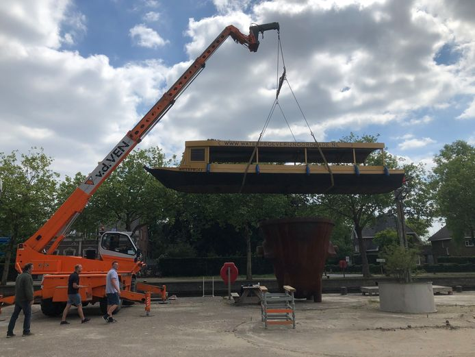 De nieuwe rondvaartboot in de Veghelse haven gaat na een opknapbeurt te weer water.