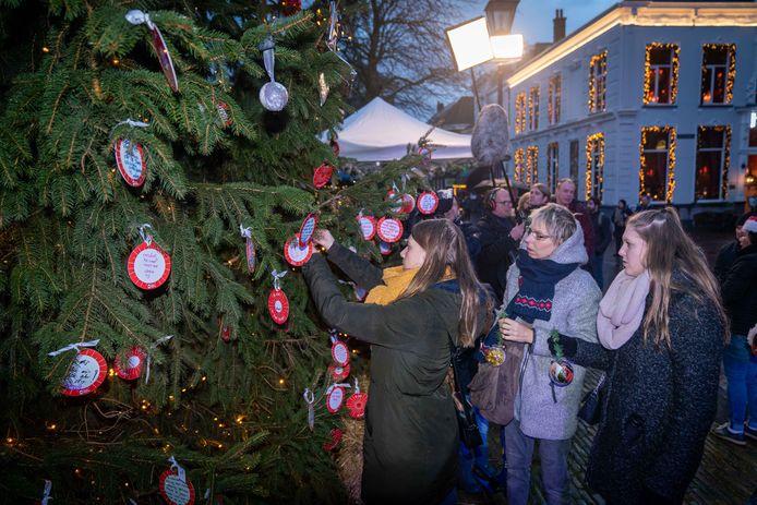 Mensen zetten hun dierbaren in het licht bij Joris' kerstboom op het Jansplein