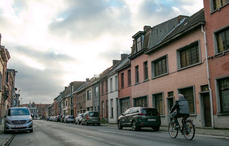 Deze leegstaande, verkommerde huizenrij in de Mercatorstraat krijgt een nieuwe bestemming.