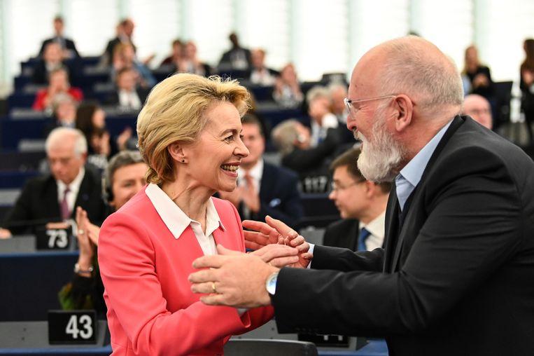 Frans Timmermans feliciteert Ursula von der Leyen na de goedkeuring door het Europees parlement van haar team.  Beeld EPA