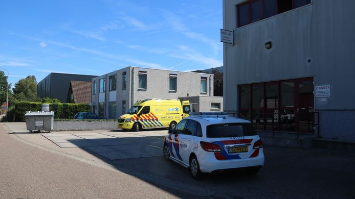 Een ambulance en twee politiewagens kwamen snel ter plaatse vanmiddag.