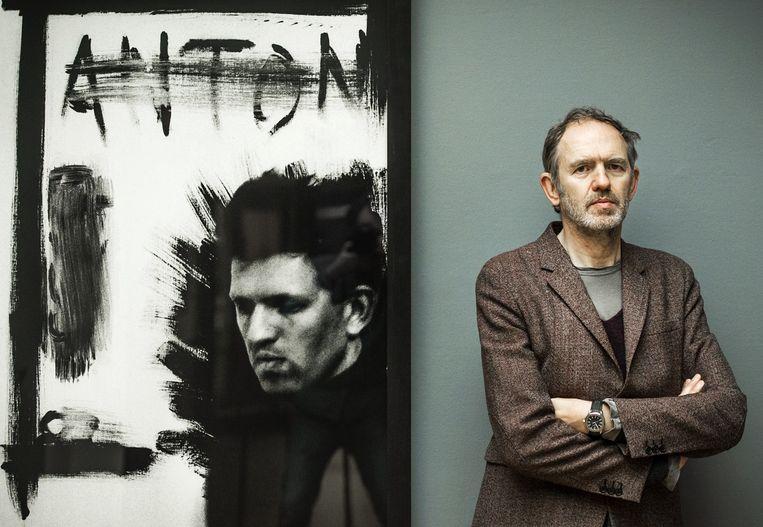 Corbijn bij een zelfportret in het Gemeentemuseum in Den Haag Beeld ANP