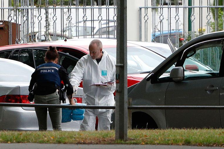 De schutter drong de Al Noor moskee in het centrum van Christchurch binnen, terwijl daar ongeveer driehonderd gelovigen waren. Ooggetuigen hoorden zeker vijftig schoten. Beeld AFP