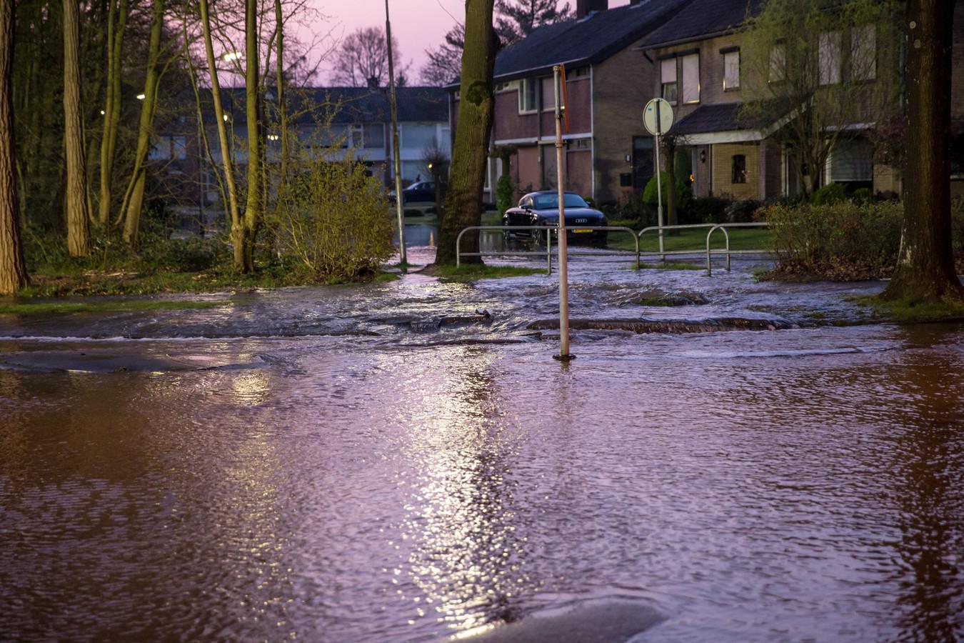 Door een breuk in een waterleiding zijn meerdere straten in de omgeving van de Strausslaan in Roosendaal onder water komen te staan.