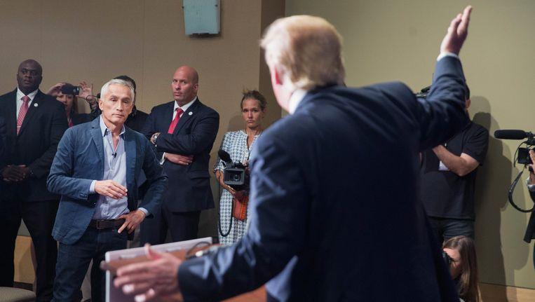 Jorge Ramos confronteert Donald Trump met kritische vragen, maar wordt dan buitengegooid.