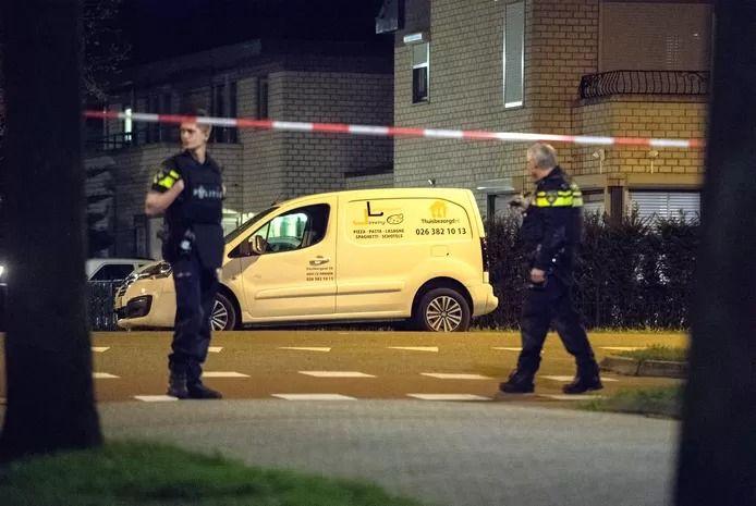 Na een overval op een woning in Arnhem werd de overvaller dood gereden. Het busje waarmee hij werd doodgereden werd meerdere keren beschoten.