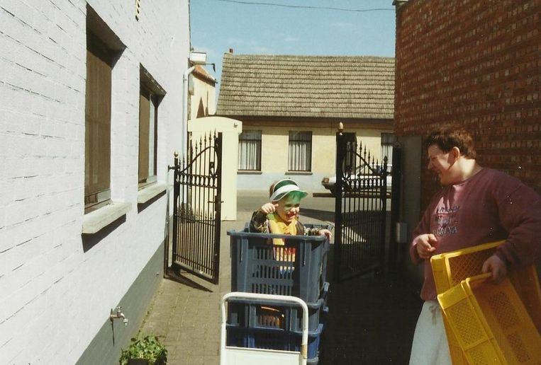 Een foto uit 1997. Dominiek en zijn zoontje rijden de broodbakken naar binnen.