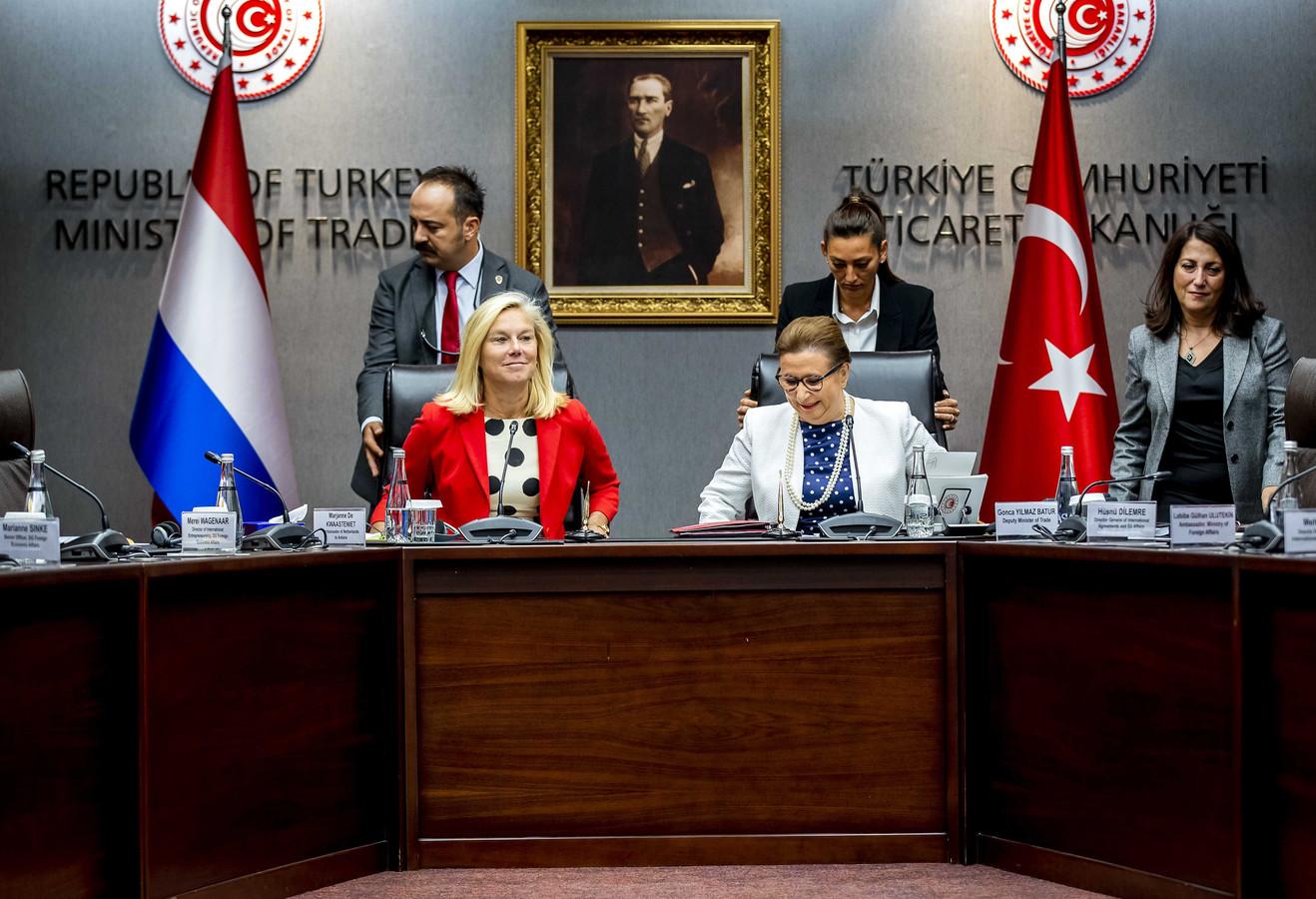 Minister Sigrid Kaag (Buitenlandse Handel) samen met haar Turkse collega Ruhsar Pekcan tijdens haar bezoek aan Turkije.