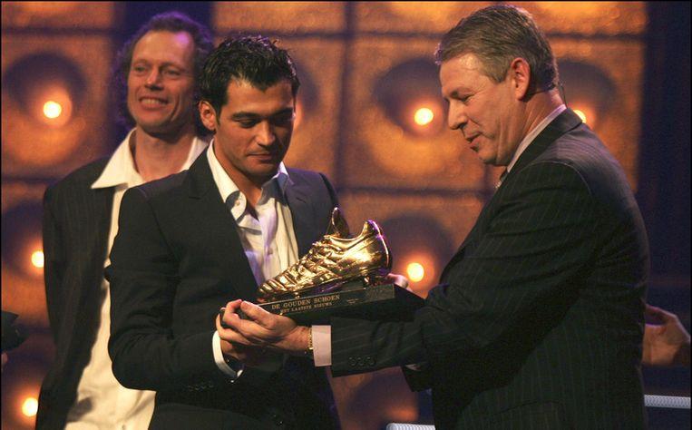 Conceiçao krijgt de trofee uit handen van René Vandereycken. Preud'homme glundert op de achtergrond.