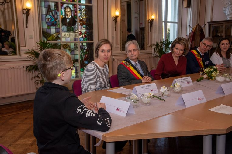 Koningin Mathilde ging tijdens een ronde tafel in gesprek met leerling Iben over het thema pesten.