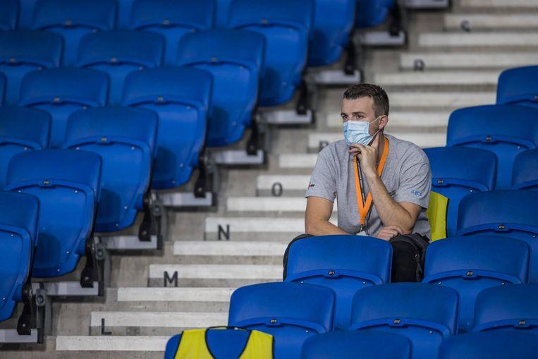 Een enkele toeschouwer bij de wedstrijd tussen Brighton and Hove Albion en Chelsea moet een mondmasker dragen.  Beeld BSR Agency