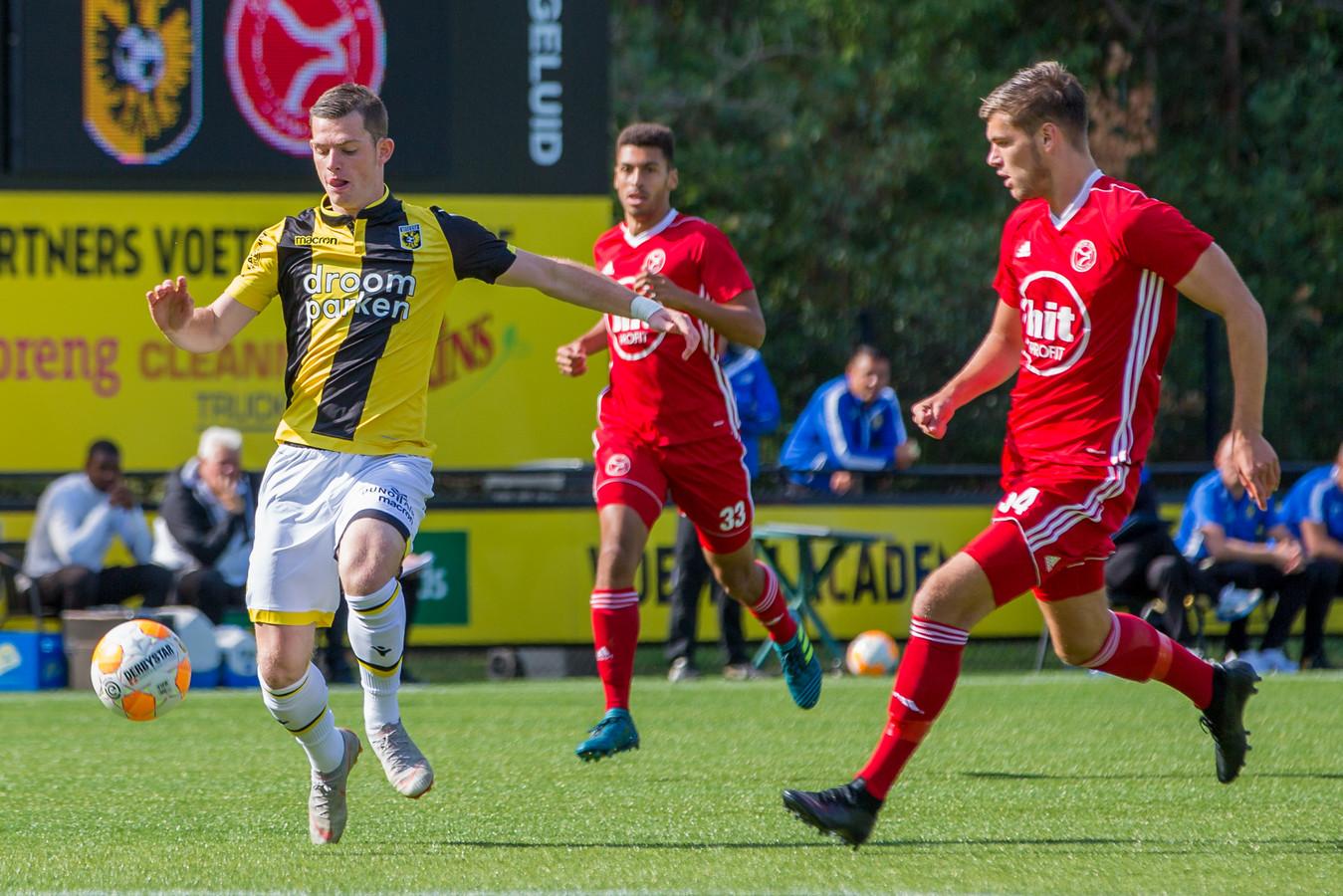 Thomas Buitink van Jong Vitesse en Kelt Jager van Jong Almere City in actie op het zonnige Papendal.