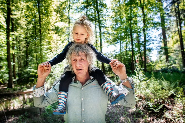 Gertjan Verbeek met dochter Sinne:  'Je merkt dat de impact van negativiteit over je werk groter wordt als je een gezin heb.' Beeld