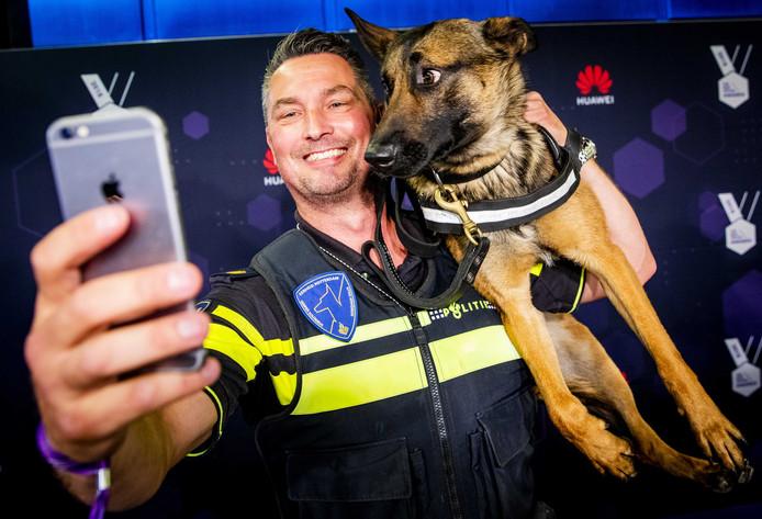 Politiehond Bumper op de rode loper voorafgaand aan de uitreiking van de Best Social Awards van vorig jaar.