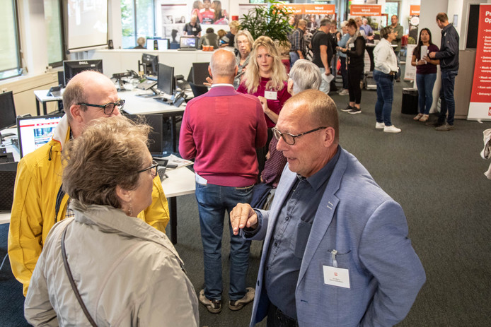 Adjunct-hoofdredacteur Ger Dijkstra (r) in gesprek met abonnees.