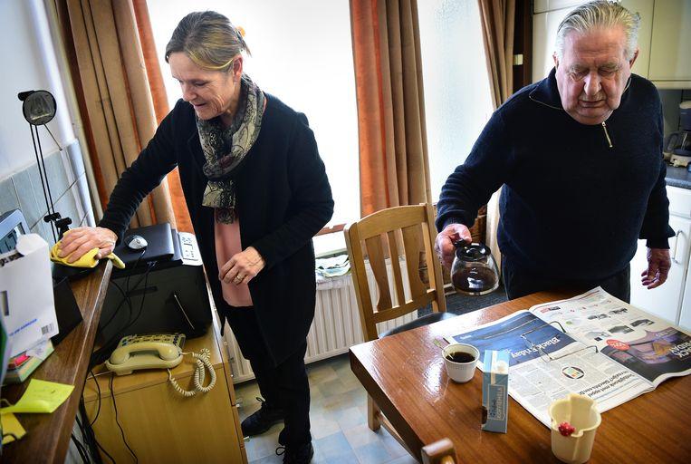 Huishoudelijke hulp bij een alleenstaande, oudere man. Hierop werd hij flink gekort.  Beeld Marcel van den Bergh