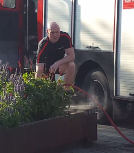 Brandweer blust op weg naar sportschool snel brandje in bloembak op Stationsplein Eindhoven