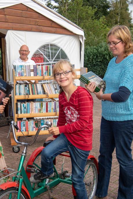 Overgrootouders van Leonie (8) verkopen boeken voor nieuwe fiets