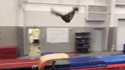 """""""Weet zij wat zwaartekracht is?"""": verbluffende turnoefening van fenomeen Simone Biles al bijna anderhalf miljoen keer bekeken"""
