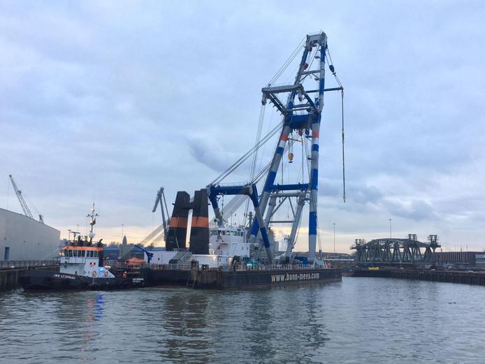 Drijvende bok aangekomen bij het val in de Merwehaven.