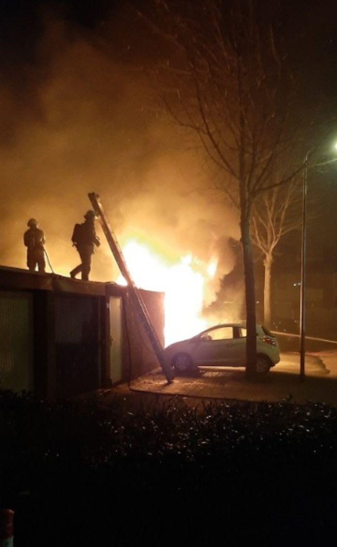 De brandweer had de handenvol aan de autobranden