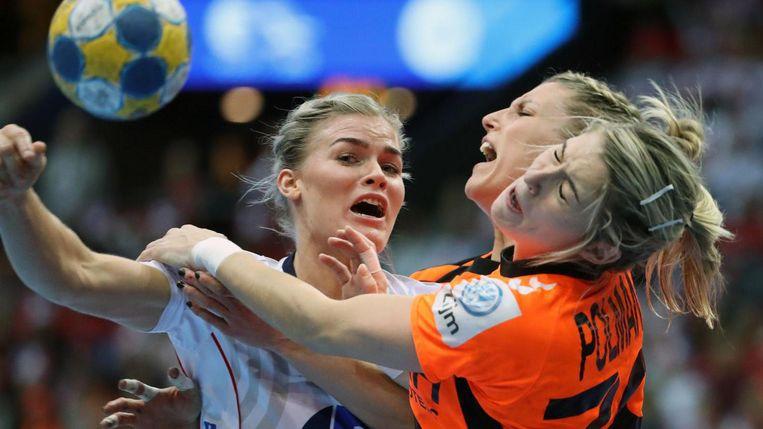 Veronica Kristiansen (L) wordt gestopt door Estevana Polman en Cornelia Groot. Beeld afp