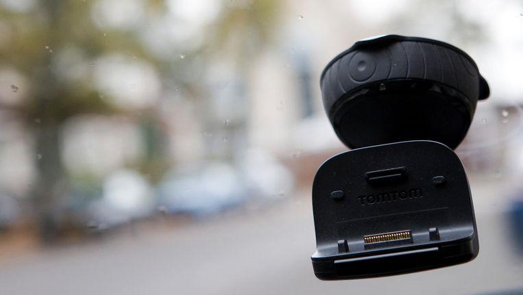 Het bedienen van mobieltjes in een houder in de auto mag Beeld anp