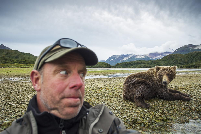 Een man probeert een selfie te nemen met een grizzlybeer in Alaska.