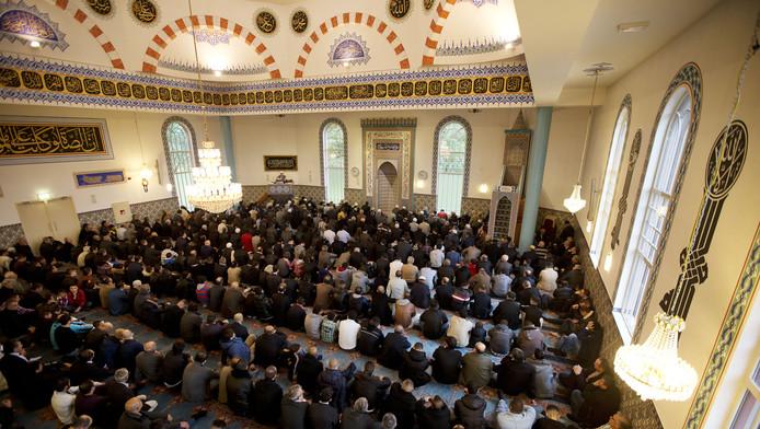 Moslims in de Rotterdamse Mevlana Moskee