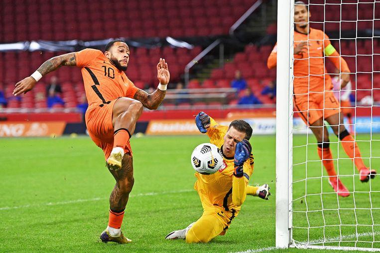 Mephis is dichtbij de 1-0 maar kan net niet bij de bal, keeper Wojciech Szczesny hoeft niet echt redding te brengen. Beeld Guus Dubbelman / de Volkskrant
