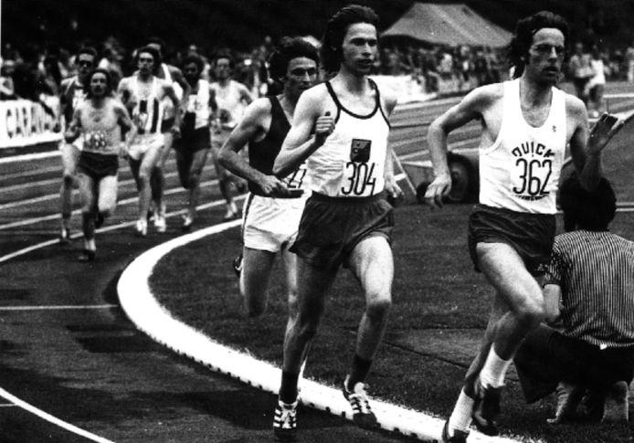 Gerard Tebroke midden in de achtervolging op Jos Hermens tijdens het NK op de tien kilometer in 1975.