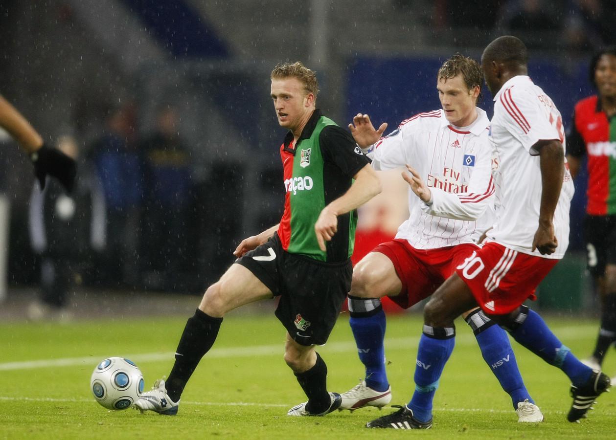 Rutger Worm in actie namens NEC tijdens de UEFA Cup-wedstrijd tegen het Duitse Hamburger SV, in het seizoen 2008/2009.