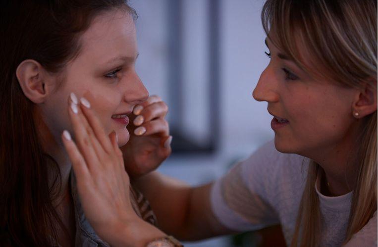 Nele Symons (rechts) leert met haar project Make-up Heartist blinden en slechtzienden om make-up aan te brengen.