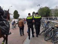 Politie uitgejouwd bij demonstratie tegen Rutte en coronamaatregelen