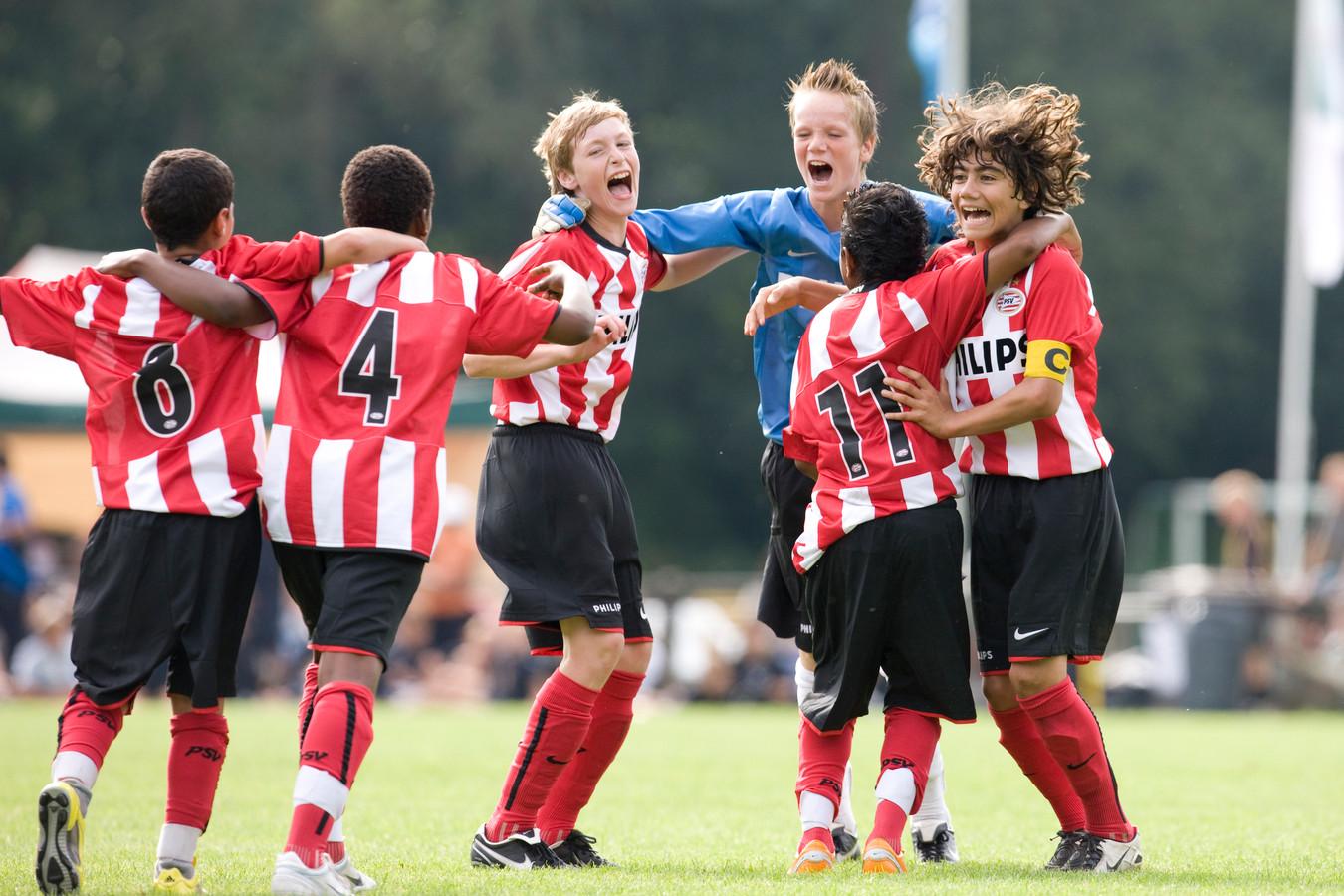Archiefbeeld: Andreas Pereira (nummer 11) is de grote man tijdens een jeugdtoernooi wat PSV D1 wint. De Belgische Braziliaan blonk het hele toernooi uit en maakte de enige treffer in de finale.