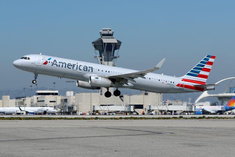 Een Airbus van American Airlines stijgt op op het vliegveld van Los Angeles.