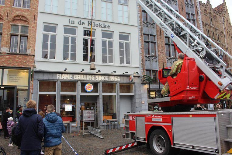De brandweer staat met de ladderwagen aan de Burger King op de Markt. Voor de zaak staat de uitgebrande grill (inzet).