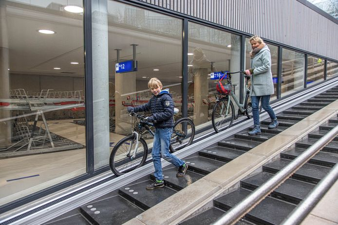 De grote fietsenstalling onder het stationsplein is vandaag geopend en toegankelijk voor het publiek