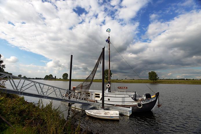 Schokker 't Visje in Lith. Bij deze museumboot vindt de vijfde aflevering plaats van Lith Presenteert.