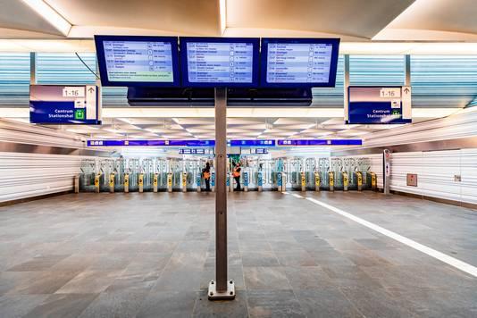 Station Zwolle: door het coronavirus is er vrijwel niemand