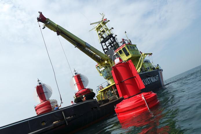 De bemanning van de Frans Naerebout plaatste maandag de boeien die de nieuwe vaarroute voor de Zeeuwse kust aangeven.