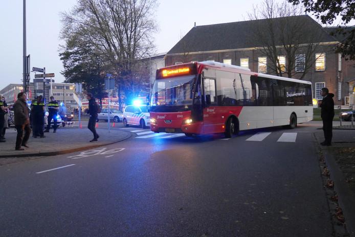 Stadsbus rijdt voetganger aan op zebrapad aan Vlaszak in Breda.