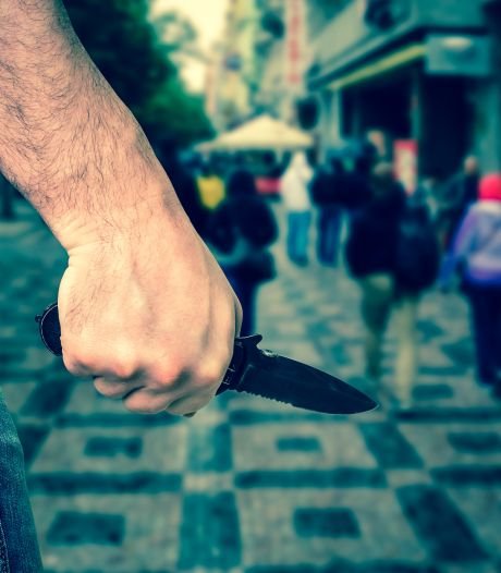 Politiek wil jonge messentrekkers aanpakken: 'Denk na over messenverbod in Middelburg'