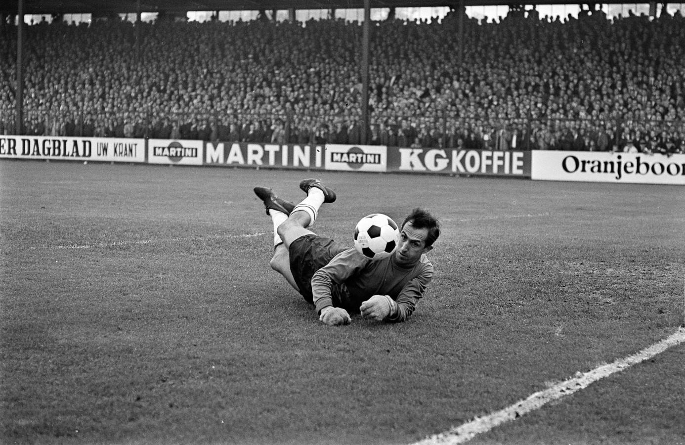 1968: Eddy Pieters Graafland redt als doelman van Feyenoord op een inzet tijdens een duel in Deventer met Go Ahead Eagles.