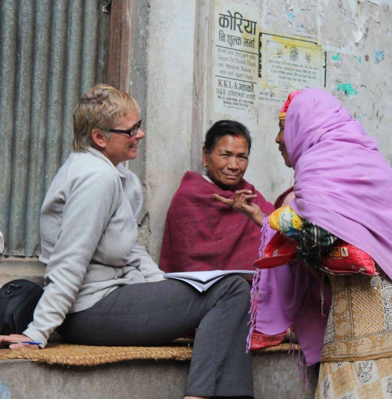 Lucia de Vries (links) werkt voor Animal Nepal en was ook jarenlang medewerkster van Trouw in Nepal Beeld Prabod Shrestha